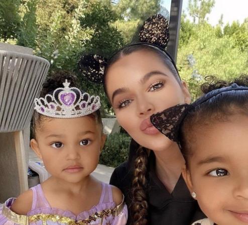 Khloé Kardashian and family
